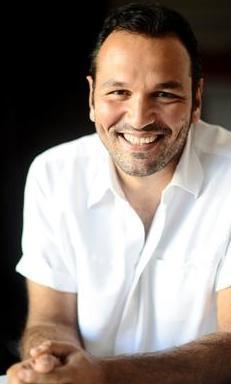 Ali Sunal, Türk sinemasının gülümseten aktörü Kemal Sunal'ın oğlu..