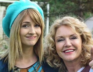 Yasemin Allen, annesi Suna Yıldızoğlu ile birlikte bir dizide de oynadı.