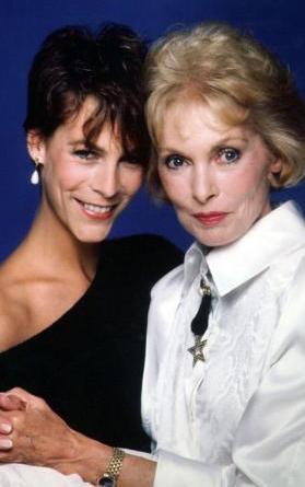 Curtis'in annesi Janet Leigh, ünlü yönetmen Alfred Hitchock'un gözdesi olan soğuk sarışınlardan biriydi.