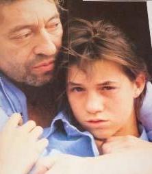 Gainsbourg, sesiyle ölümsüzleşen babası Serge Gainsbourg'un soyadını beyazperdede sürdürüyor. Charlotte'nin annesi ise bir başka ünlü, Jane Birkin.