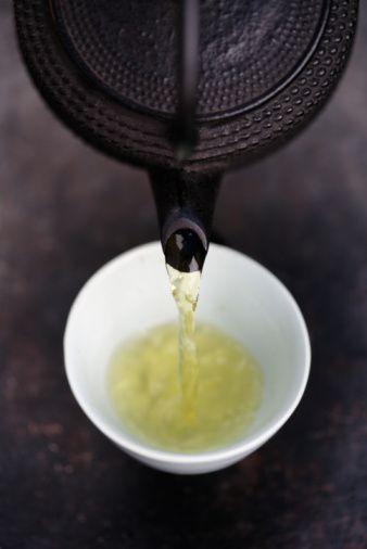 Yeşil çay!  Yeşil çaydaki 'keteçin' adı verilen madde, önemli bir ateş düşürücüdür. Journal of Immunology, 2004'te yeşil çayın ateş düşürücü ve beyin hücrelerini koruyucu özelliğinin, Multipl Skleroz (MS) hastalığının önlenmesi ve tedavisi açısından umut verici olduğunu yazdı. Yeşil çaydaki kafein ve amino asitler, duygular ve zihinsel odaklanma üzerinde ani ve olumlu bir etki yaratıyor.