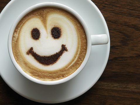 Kahve!  Makul miktarda kafein alımının beyin üzerinde faydaları var. Araştırmalar, kahvenin özellikle hücrelerdeki yağ bileşimlerini oksitlenme stresine karşı korumakta etkili olduğunu ortaya koydu.   Günde 1-2 fincan kahve, enerji, zindelik, özgüven, sosyal girişkenlik, iş motivasyonu ve dayanıklılığı artırır. Günlük antioksiden ihtiyacını karşılamanın en keyifli yolu. Japon kız tıp öğrencileri arasında yapılan araştırma, düzenli kahve içenlerde depresyon görülme riskinin   daha az olduğunu ortaya koydu.