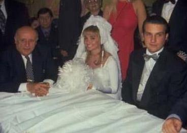O DA BOŞANINCA ÜNLÜ OLDU  Aslında Harun Özakıncı, Evcimik'le olan evliliğiyle değil de boşanmasıyla ünlü oldu.