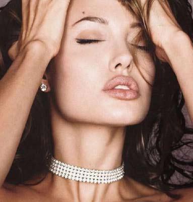 Angelina Jolie'nin de kusurları var. En büyük kusuru da dudak çevresini gölgeleyen kırışıklıkları. Henüz 32 yaşında olan Jolie'nin bu kırışıklıklarının aşırı kilo kaybı yüzünden olduğu konuşuluyor.