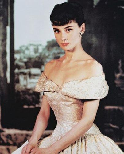 Audrey Hepburn'un tersine, ayakları ile barışık olan yıldızlardan biri. Ancak, onun derdi düz göğüsleri.   Ünlü yıldız, People dergisine verdiği demeçte, gögüslerinin küçük olmasından yakınıp bunun kendisinde yarattığı özgüven eksikliğni dile getirdi ve bu yüzden ameliyat geçirerek göğüslerini irileştirmeyi düşündüğünü söyledi.