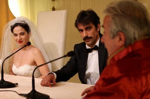 Daha sonra evlilik hayalleri kurduğu, kendisine tecavüz eden sevgilisi Cemil patronunun kızıyla evlendi. Nikahı basan İffet'in babası, Cemil'i bıçakladı. Bu genç kadın için yeni bir yıkım oldu.