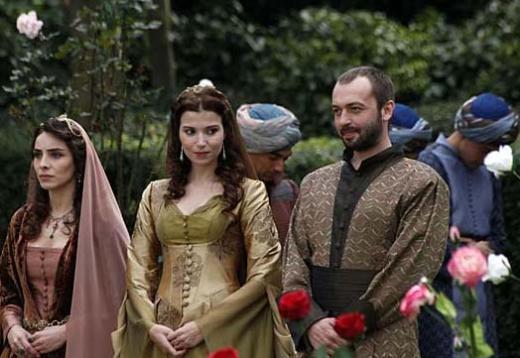 Bu arada dizinin yan karakterlerinden Hatice Sultan ile Pargalı İbrahimin aşk acısı da gelir ekrana.. Çift onca badireyi atlattıktan sonra evlenir.