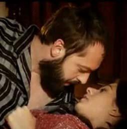 Ama Hatice Sultan'ın çekeceği acılar onunla sınırlı değildir. Genç kadın çocuğunu düşürür. Sonra da Nigar Kalfa girer kocasıyla arasına.