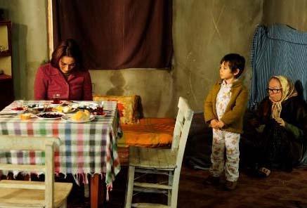 Cemile, dört çocuğu ve kayınvalidesi inşaat halindeki bir eve taşınmak zorunda kaldı. Üstelik Ali Kaptan, Cemile'nin ailesine bakmak için giriştiği tüm çalışma çabalarını engelleyince de parasız kaldı aile.   Bu arada çıkan olaylar sırasında Mete evi ateşe verdi. Bu kez demir parmaklıklar ardına girme sırası ondaydı.