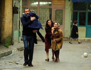 Bununla da bitmedi. Ali Kaptan, evini ateşe veren oğlu Mete'nin özgürlüğüne karşılık küçük oğlu Osman'ı annesinden kopardı.