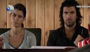 Aslında genç kadına elini bile sürmeyen ama tecavüz edenlerin yanında olan ve sarhoş olduğu için engelleyemeyen Kerim ile zorla evlendirildi Fatmagül.