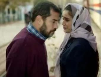 Bu arada ailenin ortanca kızı güzeller güzeli Hayat, yörenin en eski ailelerinden birinin oğlu Kerem'le gizliden aşk yaşamaktadır.