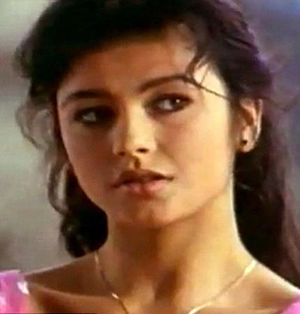 İngiliz oyuncu Catherine Zeta Jones'un 21 yıl önce, henüz genç bir oyuncuyken rol aldığı reklam filmi ortaya çıktı.