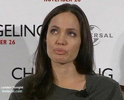 ANGELINA JOLIE  Angelina Jolie, yönetmenliğini Clint Eastwood'un yaptığı Changeling adl filmin Londra'daki basın toplantısında gözyaşlarına boğuldu.   Filmde, işe giderken evde bıraktığı çocuğunu geri dönünce bulamayan bir anneyi canlandıran güzel yıldız; toplantıda geçen yıl yumurtalık kanserinden ölen annesi Marcheline Bertrand'dan söz ederken gözyaşlarını tutamadı.
