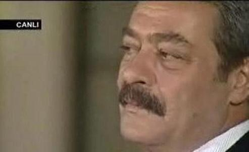KADİR İNANIR  Yeşilçam'ın karizmatik aktörü de canlı yayında gözyaşlarına hakim olamadı. İnanır konuğu olduğu Tümer'in, kendisinin derlediği Hekimoğlu türküsünü çalmasından duygulandı ve gözyaşlarına hakim olamadı.