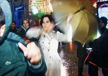 """Hande Ataizi   Beyoğlu'nda bir kulüp çıkışında elindeki şemsiye ile muhabirlere saldıran Hande Ataizi, """"Hiç pişman değilim"""" demişti.   Olayın muhabirler tarafından yanlış aksettirildiğini belirten Hande Ataizi, o gece yaşananları anlatmıştı."""