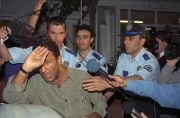 Cem Özer   Cem Özer, Bebekte bir kafede yönetmen Mustafa Altıoklar ve o dönem sevgilisi olan manken Arzu Yanardağ ile otururken fotoğraflarını çeken muhabirlere saldırmıştı.