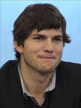 Yakışıklı oyuncu Asthon Kutcher, gece gezmesinde kendisini görüntüleyen paparazzilere saldırmıştı.