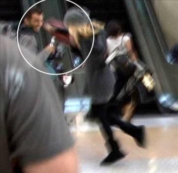Sienna Miller   Güzel oyuncu Sienna Miller, Los Angeles Havaalanı'nda kendisini görüntülemek isteyen paparazziye çantasıyla saldırmıştı.