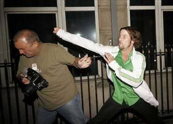 Jay Kay   Jay Kay, alkolün de etkisiyle gece kulübü çıkışında kapıda bekleyen fotoğrafçıya saldırmıştı.