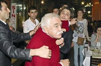 Levent Kırca   Levent Kırca, Beşiktaş çarşısı içerisinde bir restoranda Aslı Çiftkurt ile yemek yerken bir muhabir tarafından görüntülenmişti. Fotoğrafının çekilmesine çok sinirlenen Kırca, önce küfür etmişti.