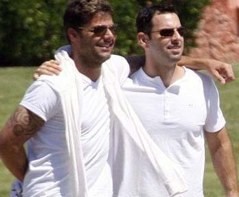 DÜĞÜN İÇİN GÜN SAYIYORLAR   Ricky Martin, 2010 yılının Mart ayında eşcinsel olduğunu açıklayarak milyonlarca kadın hayranını üzmüştü. Şimdi de 28 Ocak'ta sevgilisi Carlos Gonzales ile evleneceğini açıkladı.