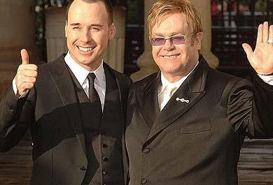 Elton John ve David Furnish   Ünlü şarkıcı Elton John uzun zamandır birlikte olduğu David Furnish ile görkemli bir törenle evlendi.