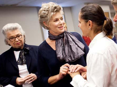 KOCASINDAN BOŞANDI KADIN SEVGİLİSİYLE EVLENDİ   1980'lerde Tom Cruise ile rol aldığı Top Gun filmiyle ıldızı parlayan Kelly McGillis, 50 yaşından sonra kocasından boşanıp kadın sevgilisiyle evlendi.   54 yaşındaki McGillis, 42 yaşındaki Melanie Leis'ın düğünü basında da oldukça geniş yer buldu.
