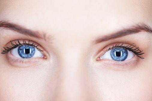 Çift Görme  diğer bir kötü semptomdur. Herşeyi  iki  tane  görmek gözlerin düzgün pozisyonda  olmadığını  ifade  eder.  Genellikle beyin  tarafından  gözlerin  kontrol  edilmesinde  bir  probleme bağlıdır. Şarhoşken olduğu gibi geçici olabilir. Persistan  çift görme kötü bir belirtidir.