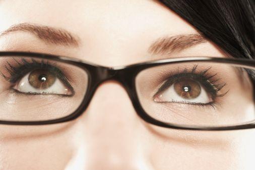 3.  Görme  bozukluğu: Göz görmek  içindir  ve  en  önemli  tehlike sinyallerinden biri görme problemidir.    Görme  bozukluğu  birçok şekilde   olabilir.   Örneğin   yakın   veya   uzakta   detaylar bulanıklaşabilir. Böyle bulanıklaşma sıklıkla basit  bir  gözlük gereksinimidir. Ciddi değildir ve  tabii  körlüğe  neden  olmaz. Ancak bulanık görme  diabete,  hipertansiyona,  zehirlenmeye  ve daha birçok ciddi probleme bağlı olabilir.