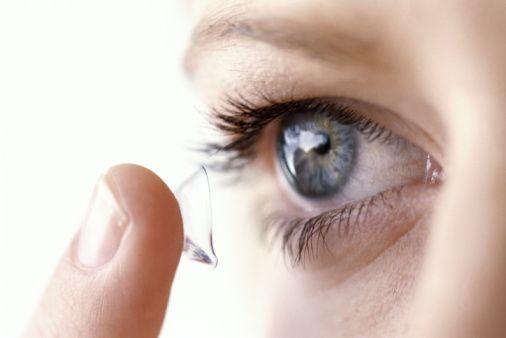6. Sürekli kabuklanma ve sekresyon:       Gözün yüzeysel enfeksiyonları irritasyona neden olarak  gözden veya kapak kenarlarından  yapışkan, iltihabi akıntıya yol açar. Bu akıntı kirpik diplerinde ve köşelerde kuruyunca sert kabuklar oluşur. Göz yüzeyi enfeksiyona dirençlidir. Ancak ince yüzeysel hücre tabakası sıyrıldı ise örneğin,katarakt lens takarken  veya sertçe gözler ovuşturulduğunda,yüzeysel mikroplar hassas derin dokulara girebilir ve hızla çoğalır.   O nedenle enfekte  bir  göz sağlıklı bir göze zarar vermeyen önemsiz sıyrıklardan bile zarar görebilir. Bu tip enfeksiuonlar uygun antibiotik kullanımı  ile temizlenmelidir.