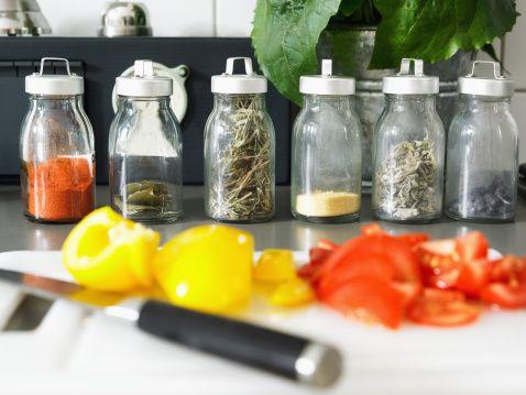 İyi ve sağlıklı yemek iyi malzeme, sağlıklı pişirme tekniklerinden geçer. Yemekleri kalori artırmadan, sağlıkla tatlandırmak için aşağıdaki önerileri izleyin:   Kokulu bitkilerden :  Adaçayı, mercanköşk, fesleğen, kekik, maydanoz, dereotu,reyhan  biberiye, rezene.  Baharatlardan : pul biber, tarçın, Hindistan cevizi, karabiber , köri, zerdeçal, zencefil, hardal, ketçap, az yağlı krema, az yağlı ya da yağsız yoğurt, az yağlı süt, balzemik, nar ekşisi, koruk suyu, üzüm veya şarap sirkesi.  Tuzu azaltılmış soya sosu, sarı veya yeşil limon suyu..