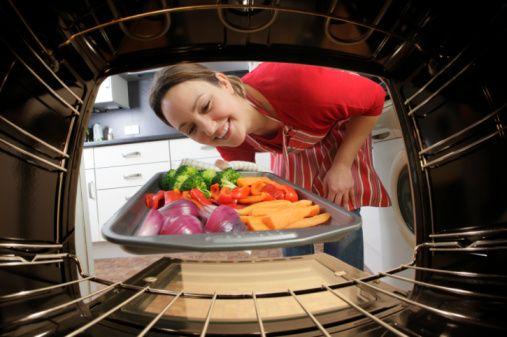 Yine yağlı kağıtta her şeyi pişirebilirsiniz. Kağıtta kebaplar, balıklar, sebzeler ister fırında ister tost makinesinde pişirebilirsiniz. Fırında sebze pişirirken fazla su verir bu yüzden kağıda birkaç delik açılmalıdır.   Kalkan tava diyenlerdenseniz kendi yağıyla fırında deneyin.   Güveçler her zaman tencere yemeklerinden daha lezzetlidir, diyette değilim hissi yaratır.   Mücver yaparken kızartmayın fırında pişirin.