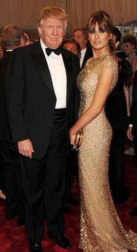 Donald Trump ve Melania Knauss  Çift, 1 milyon bütçeli Florida Palm Beach'de Mar-a-Lago Estate de gerçekleşen düğünde Melania Knauss 125.000 dolar değerinde Christian Dior tasarımı gelinliği ile gözleri kamaştırıyordu.   Sadece çiceklerin 500,000 dolar tuttuğu düğünde herşey kusursuzdu.