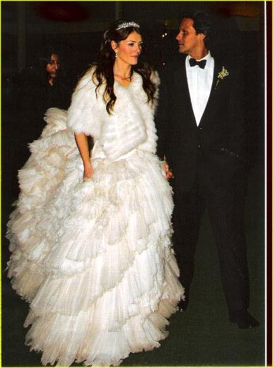 Elizabeth Hurley ve Arun Nayır  Çift 2007'de binbir gece düğünüyle evlendi. Önce İngiltere'de bir şatoda sonra da Hindistan'da geceliği 10 bin dolar olan lüks bir otelde.