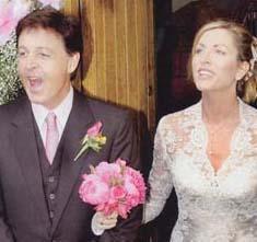 Paul mcCartney ve Heather Mills  İrlanda'daki Leslie Şatosu'nda yapılan 3 milyon dolarlık düğünde gelin Eavis & Brown tasarımı 40,000 dolarlık bir gelinlik giyiyordu. 145,000dolarlık çicek dekorasyonu yapılan düğünde havai fişek faturası 150,000 dolarlık tutmuştu.   300 kadar davetli arasında Ringo Star, Sir Elton John, David Gilmour, Steve Buscemi ve Eric Clapton ın bulunduğu bu mutlu evlilik maalesef 2008 yılında çiftin boşanması ve Heather Mills in 50 milyon dolar nafaka alması ile son buldu.
