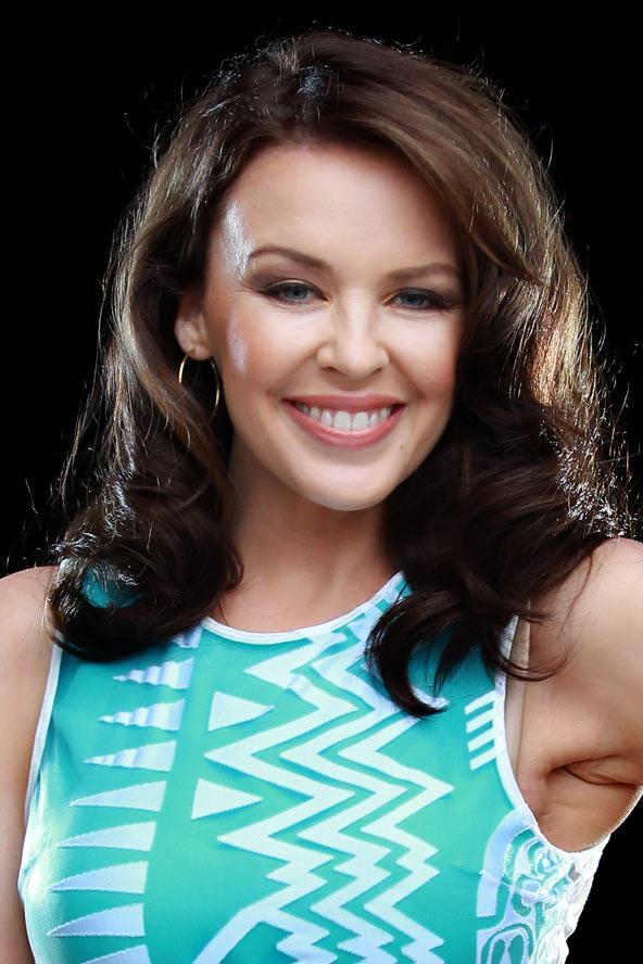 Yüzünüz Kylie Minogue gibi ovalse Yüzünüz çeneye ve şakaklara doğru daralıyorsa, siz de Kylie Minogue gibi oval bir yüze sahipsiniz demektir. Öyleyse çok şanslısınız çünkü bu yüz şekli hemen hemen her saç modelini taşıyabilir.