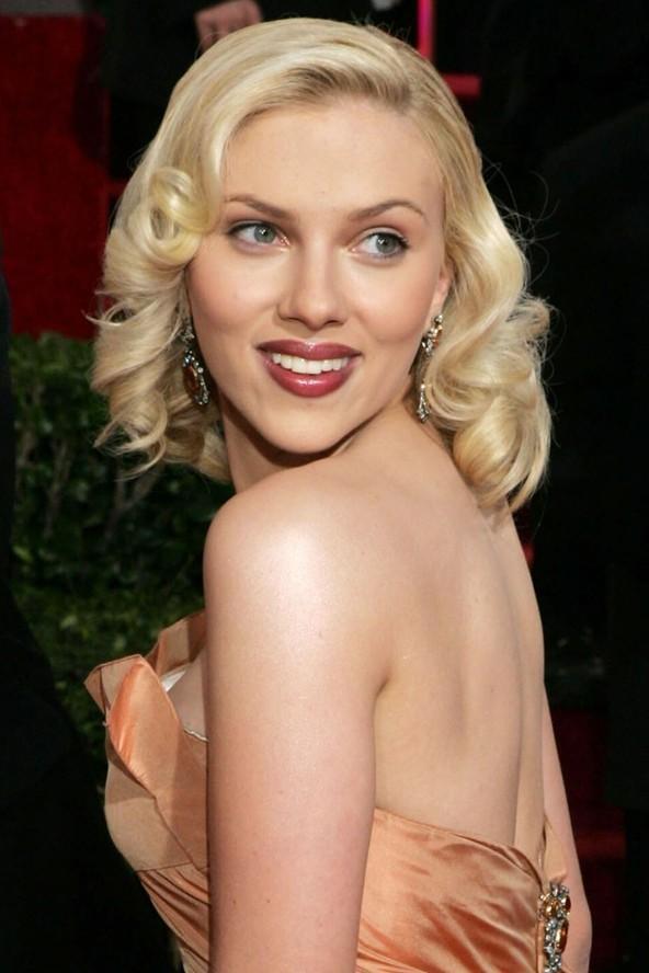Scarlett Johansson gibi elmas şeklinde bir yüze sahipseniz Eğer alnınız ve şakaklarınız dar ve imrenilecek kadar yüksekse, o zaman sizin yüz tipiniz elmas, tıpkı Scarlett Johansson ve Kate Bosworth gibi. Sizin amacınız dar çenenizin ve alnınızın görünümünü dengelemek ve yanaklarınızı belirginleştirmek olmalı.  Bunun için çene hizasında bob kesimleri ya da omuz hizasında dalgalı modelleri tercih edebilirsiniz. Çok kısa ve yüzünüzün etrafında hiç saç bırakmayan kesimlerden kaçının. Her zaman yüzünüzü çerçeveleyen bir kaç tutam olmalı.