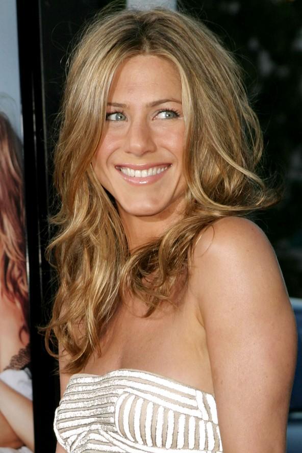 Yüzünüz Jennifer Aniston gibi kareyse Eğer güçlü ve şakaklarınızdan daha uzun bir çene çizginiz varsa, sizin yüzünüz kare demektir. Yapmanız gereken çene hatlarınızı yumuşatmak olmalıdır. Bunun için havalı görünümlü , dalgalı, yüzünüzü çevreleyen saç modellerini tercih edin. Dümdüz kesimlerden ve çene hizası boblardan kaçının.