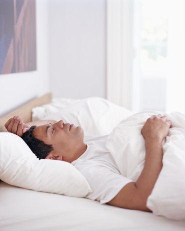 Hangi pozisyon sağlıklı  Sağlık açısından yüzü koyun yatmak sindirimi durdurur, deniz yıldızı ve asker pozisyonlarında horlama ile sıkça karşılaşılır, kötü uyunmasına neden olur. Midenin baskılanmadığı, kolay nefes alınan düz bir yatış gece boyunca sağlıklıdır. Rahat uyku sağlar, horlamayı azaltır.