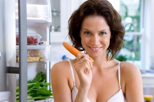 Yorgunlukla başetmenin en doğal ve önemli yolu sağlıklı beslenmedir. olduğunu söylüyor. Gereksinim duyduğumuz bazı besinleri eksik alırsak kendimizi yorgun hissederiz.   Özellikle B grubu vitaminler enerji oluşumunda önemli rol oynar. B vitamini ise ağırlıklı olarak hayvansal gıdalar ve tahıl ürünlerinde bulunur.