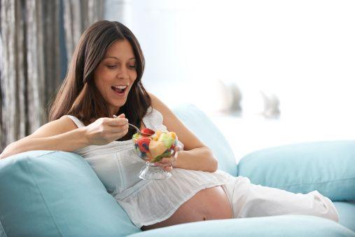 Kan şekerine ve demir eksikliğine dikkat!    Kişinin kan şekeri düştüğünde kendisini çok yorgun ve sinirli hissedebilir. Posa değeri yüksek yiyeceklerle kan şekerini dengelemenin mümkün olduğunu belirtiyor.   Ayrıca demir eksikliğinin de yorgunluğa neden olduğunu ve özellikle doğurganlık çağındaki kadınlar, hamile ve emziren anneler, yaşlı ve çocukları sıklıkla etkiler. Demir eksikliği anemisinde  ise  demir içeriği yüksek olan yumurta, kırmızı et gibi besinleri haftanın belirli günlerinde tüketilmesi gerekir.