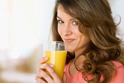 Bize enerji veren aslında karbonhidratlı yiyeceklerdir.  Çünkü  karbonhidratlar, vücutta çok çabuk enerjiye dönüşür. Bu yüzden yorgunluğu önlemek için ekmek ve tahıl grubu ile meyve ve sebze gibi karbonhidratlı yiyecekler enerji veren besinler arasında en önemlileri.   Yeterli sıvı alınamadığında da kişi kendini halsiz, yorgun ve bitkin hissedebilir. Bu nedenle vücuttan su kaybına neden olmayacak su, madensuyu, meyve suyu gibi içecekler tercih etmek gerekiyor.