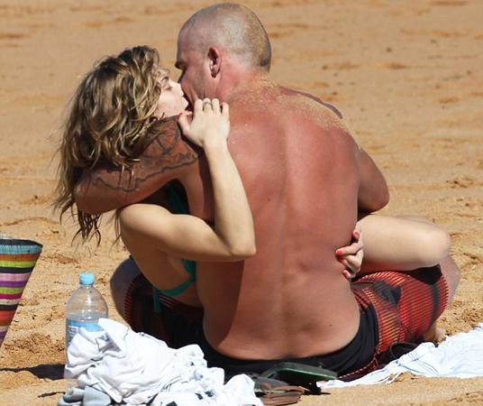 Önceki gün Sidney'de bir plajda görüntülenen çift rahat tavırlarıyla dikkat çekti.  Çiftin çocukların yanında sürekli sarılıp öpüşmesi magazin basını tarafından eleştirildi.