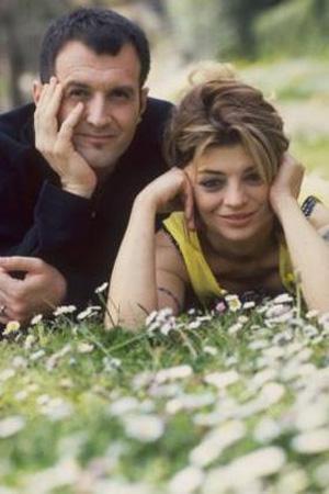 Önce genç bir oyuncu olarak tanımıştık onu sonra da kimi unutulmaz TV dizilerinin kahramanlarına sesini verdi.   Türk tiyatrosunun duayenlerinden Zihni Küçümen'in kızı olan Oya Küçümen, 90'lı yıllarda da eşi Bora Ebeoğlu ile birlikte bir ikili oluşturup hala bir kuşağın dilinden düşmeyen şarkılar seslendirdi. Sonra da ortadan kayboldu.
