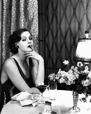 GRETA GARBO  Dünya üzerinde yaşamış en güzel kadın olarak Guinnes Rekorlar Kitabı'na da giren Greta Garbo, sinemanın efsane yıldızlarından biriydi.   Sinema tarihine soğuk sarışın olarak damgasını vuran Garbo, bir çok unutulmaz filmde rol aldı.