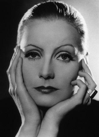 1941'de son filmi İki Yüzlü Kadın'ı çevirdiğinde sadece 36 yaşındaydı. Bu onun kamera karşısına geçtiği son film oldu.