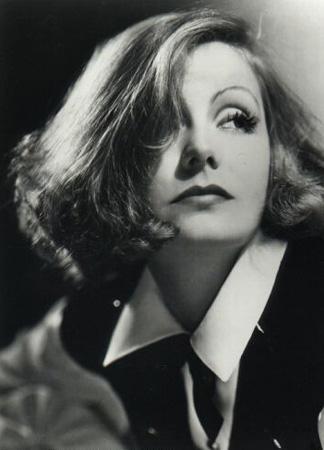 Garbo inzivaya çekildi ve öldüğü 1990 yılına kadar da çevresindeki gizem perdesini hiç kaldırmadan gözlerden uzak yaşadı.