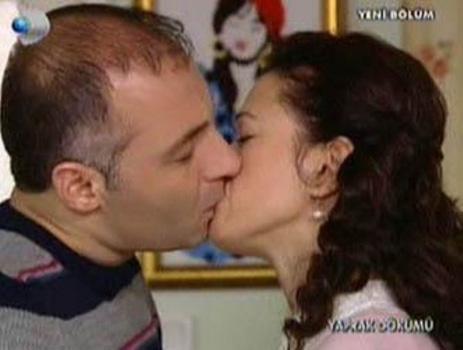 İşte son yılların rekor kıran öpüşme sahnelerinden biri. Yaprak Dökümü'nün Fikret'i Bennu Yıldırımlar ile eşi Tahsin'i canlandıran Ahmet Saraçoğlu'nun rol aldığı bu sahne milyonları ekrana kilitledi.