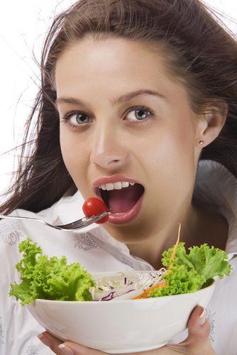 2-Öğle yemeği: Düşük GI (Glisemik İndeks) diyetine uygun öğle yemeği seçenekleri fazladır. Farklı insanların farklı yaşam stilleri vardır: Paket mönüler, al-götür öğle yemekleri, restoranda yemek ve bunun dışında evde yemek. GI diyetine uygun öğle yemeği seçeneklerini dizimizin ilerleyen bölümlerinde bulacaksınız.